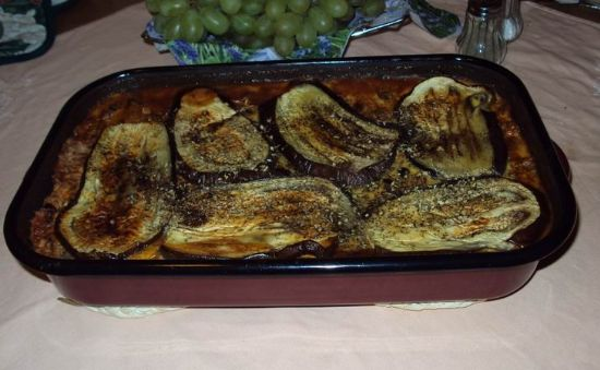 Eggplant musaka with soy crumbles, tomatoes and mushrooms