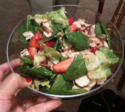 spinach salad with strawberries, chicken, and almonds